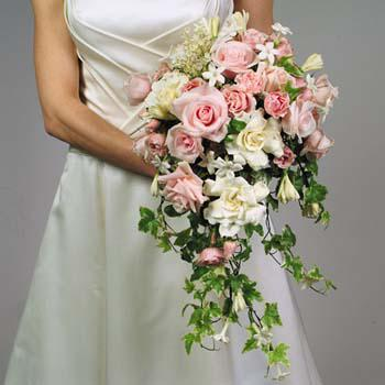 Можно было увидеть невест с букетом-веером или с букетом-сумочкой.